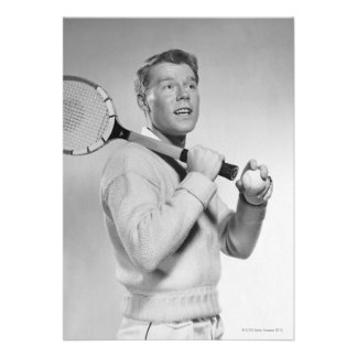 Hombre que sostiene la estafa de tenis comunicado