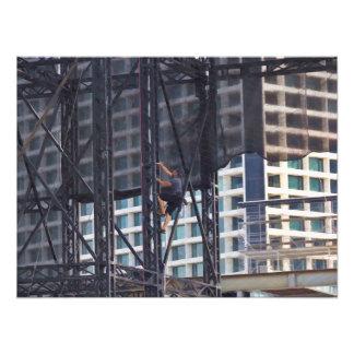 Hombre que sube una estructura de acero arte con fotos