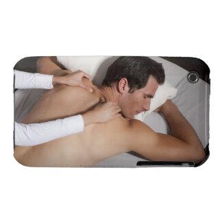 Hombre que tiene un masaje trasero de la mujer Case-Mate iPhone 3 funda