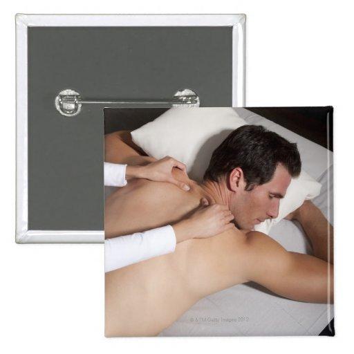 Hombre que tiene un masaje trasero de la mujer pin cuadrada 5 cm