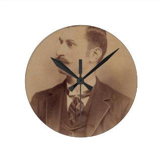 hombre rizado del bigote de los 1890s reloj redondo mediano
