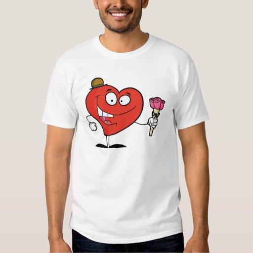 Hombre rojo del corazón en un gorra, sosteniendo remeras
