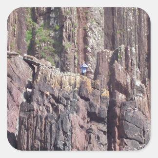 Hombre salvaje en los acantilados colcomania cuadrada