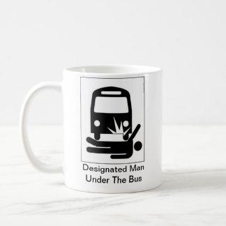 Hombre señalado debajo de la taza del autobús