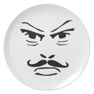 Hombre serio del bigote plato