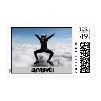 hombre skydiving franqueo