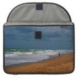 Hombre solitario que camina en la playa tempestuos fundas para macbooks