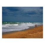 Hombre solitario que camina en la playa tempestuos plantilla de membrete