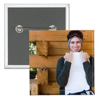 Hombre sonriente que presenta con la snowboard fue pin