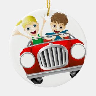 Hombre y mujer del dibujo animado en coche adorno redondo de cerámica