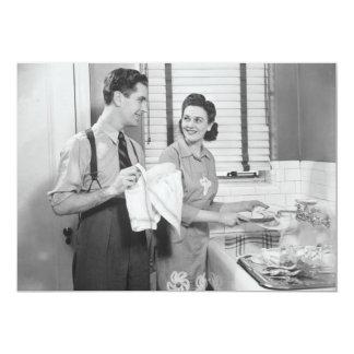 Hombre y mujer que hacen platos invitación 12,7 x 17,8 cm