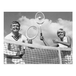 Hombre y mujer que juegan a tenis tarjetas postales