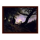 Hombre y mujer que miran la luna postal