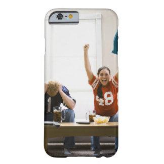 Hombre y mujer que se sientan en fútbol de funda barely there iPhone 6