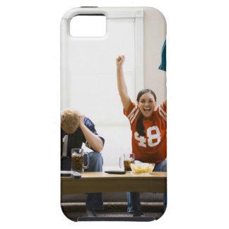 Hombre y mujer que se sientan en fútbol de funda para iPhone SE/5/5s