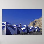 Hombre y parasoles de playa, Santorini (Grecia) Posters