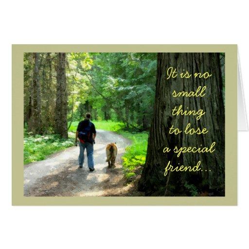 Hombre y perro que caminan en el bosque, tarjeta de felicitación