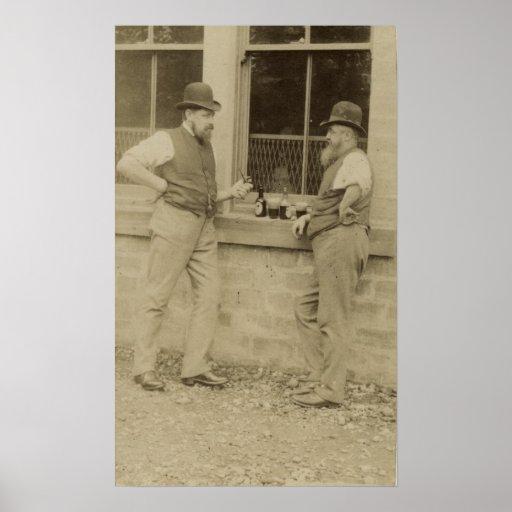 Hombres antiguos de la fotografía dos que beben la póster