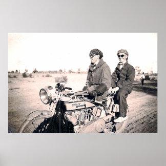 hombres de los años 20 que montan el poster de la