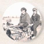 hombres de los años 20 que montan los prácticos de posavasos diseño
