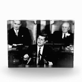 Hombres de presidente John F. Kennedy al discurso