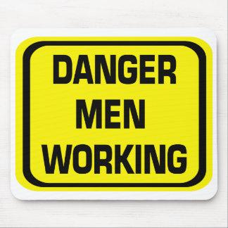 Hombres del peligro que trabajan el cojín de ratón alfombrillas de ratones