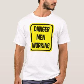 Hombres del peligro que trabajan la camisa