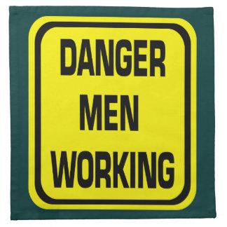 Hombres del peligro que trabajan servilletas