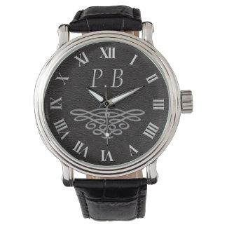 Hombres elegantes y reloj con clase del monograma