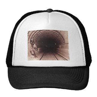 Hombres en el vintage del sistema del subterráneo gorro