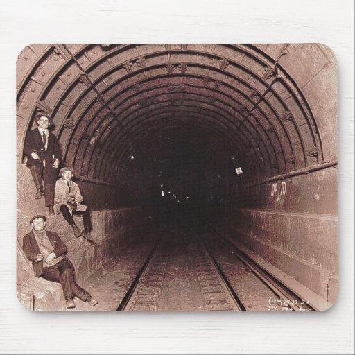 Hombres en el vintage del sistema del subterráneo  tapete de ratón