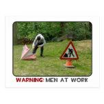 Hombres en la postal del trabajo