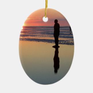Hombres en la puesta del sol, Crosby, Liverpool Adorno Ovalado De Cerámica