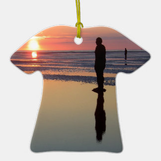 Hombres en la puesta del sol, Crosby, Liverpool Adorno De Cerámica En Forma De Camiseta