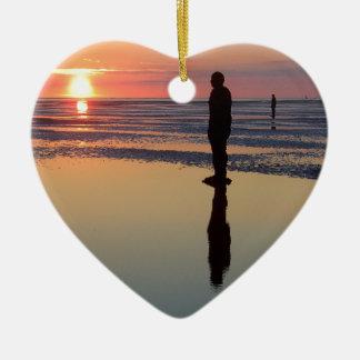 Hombres en la puesta del sol, Crosby, Liverpool Adorno De Cerámica En Forma De Corazón