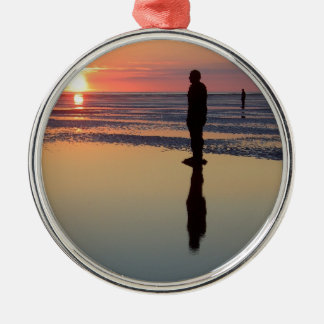 Hombres en la puesta del sol, Crosby, Liverpool Adorno Redondo Plateado