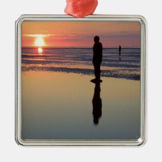 Hombres en la puesta del sol, Crosby, Liverpool Adorno Cuadrado Plateado