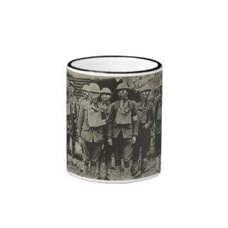 Hombres en taza de la careta antigás WWI