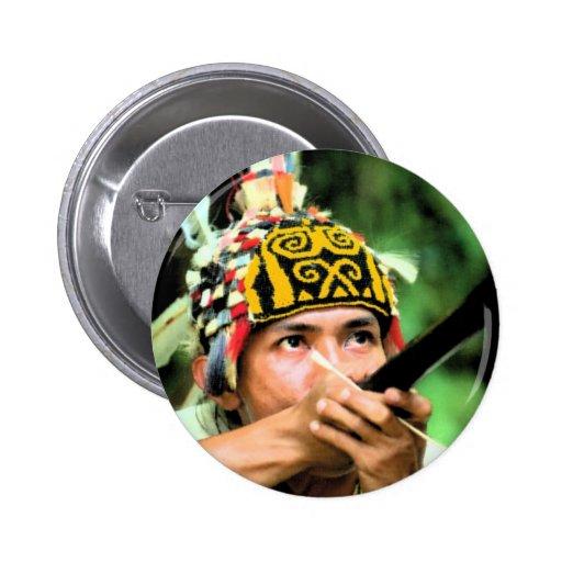 Hombres/guerrero de Iban con el soplete Pin