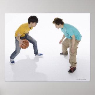 Hombres jovenes que juegan a baloncesto póster