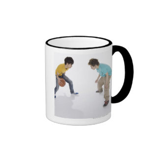 Hombres jovenes que juegan a baloncesto taza a dos colores