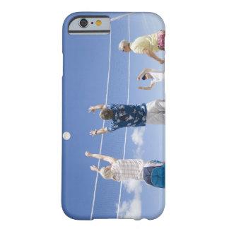Hombres maduros que saltan para la bola del voleo funda de iPhone 6 barely there