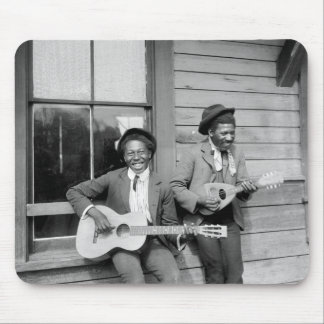 Hombres negros que tocan a Guitar, 1902 Tapetes De Ratones