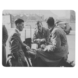 Hombres que charlan el diario negro y blanco del cuadernos grapados