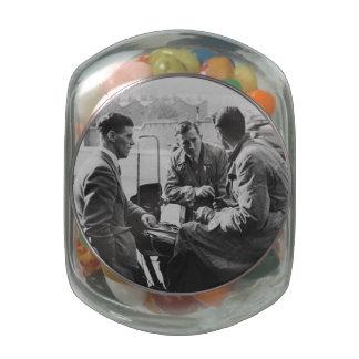 Hombres que charlan el tarro de cristal negro y jarras de cristal jelly bely