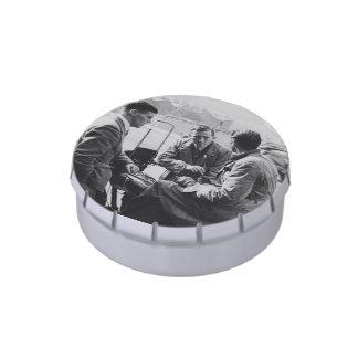 Hombres que charlan la lata blanca de la broche jarrones de caramelos