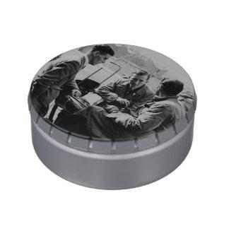 Hombres que charlan la lata gigante del Belly de Frascos De Caramelos