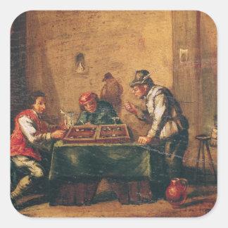 Hombres que juegan a backgammon en una taberna pegatina cuadrada