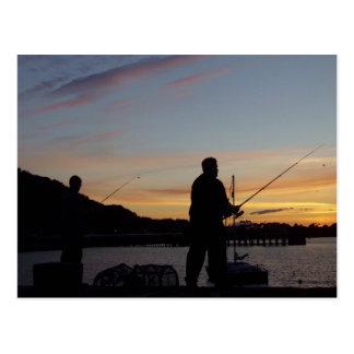 Hombres que pescan - la isla de reflexiona sobre postales