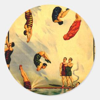 Hombres que se zambullen en el poster 1898 del pegatina redonda